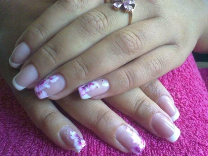 Фиолетовый френч на ногтях с рисунком