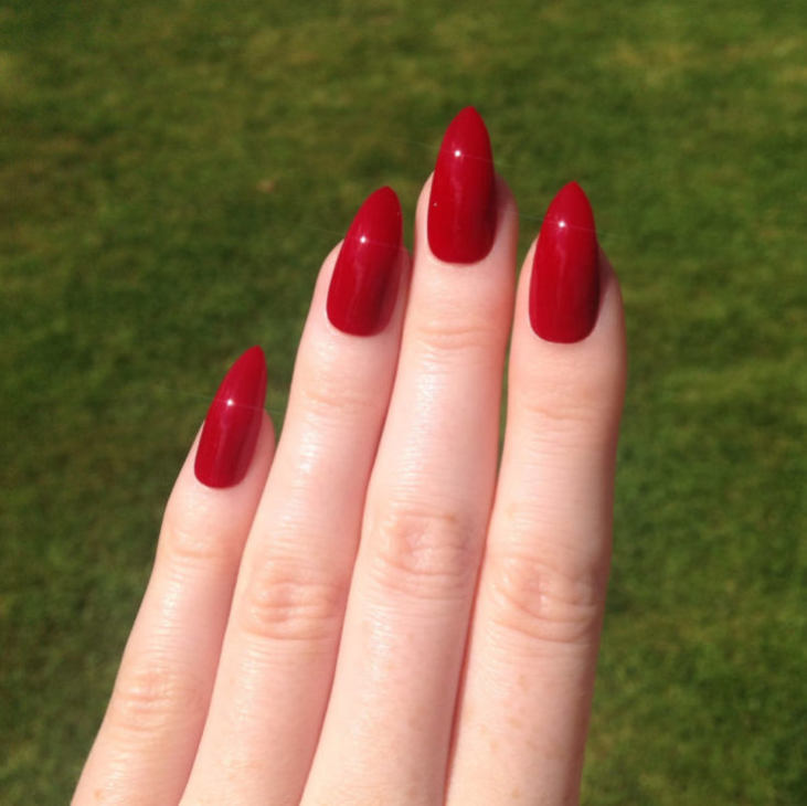 Красные овальные ногти дизайн
