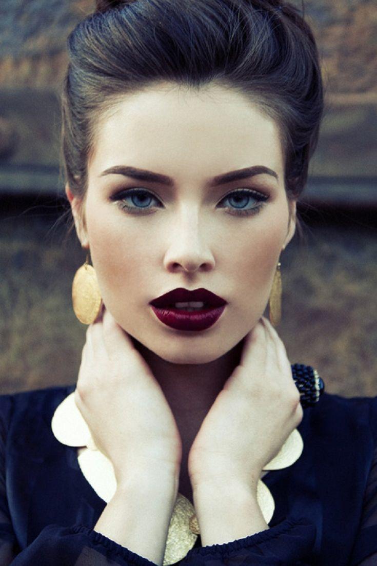 Девушка с тёмными губами