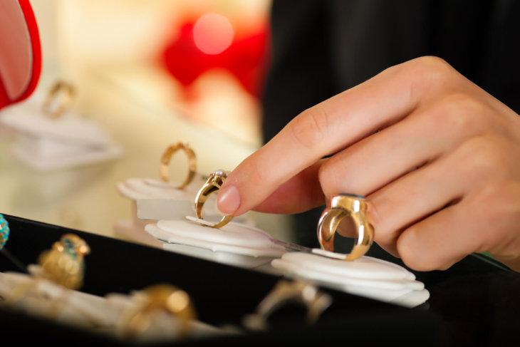 Кольцо из янтаря во сне видеть или носить — хороший знак но только для дам.