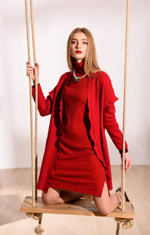 1a9c5acd170 К новинкам офисных платьев сезона относятся модели без рукавов. Их можно  сочетать с пиджаками