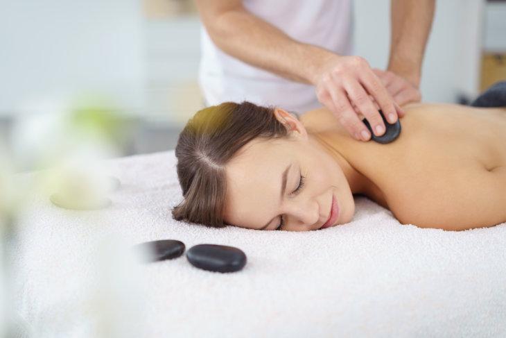 Стоунтерапия (лечение камнями): фото и видео массажа, польза  стоун-терапии и распространенные методики