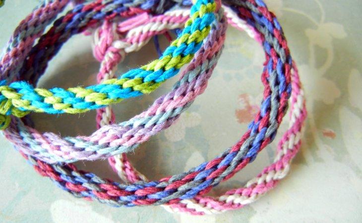 браслеты из ниток фото ярких плетений и интересных модных узоров