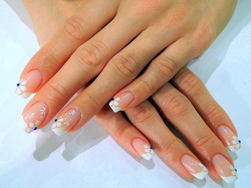 Наращивания ногтей на свои ногти френч со стразами