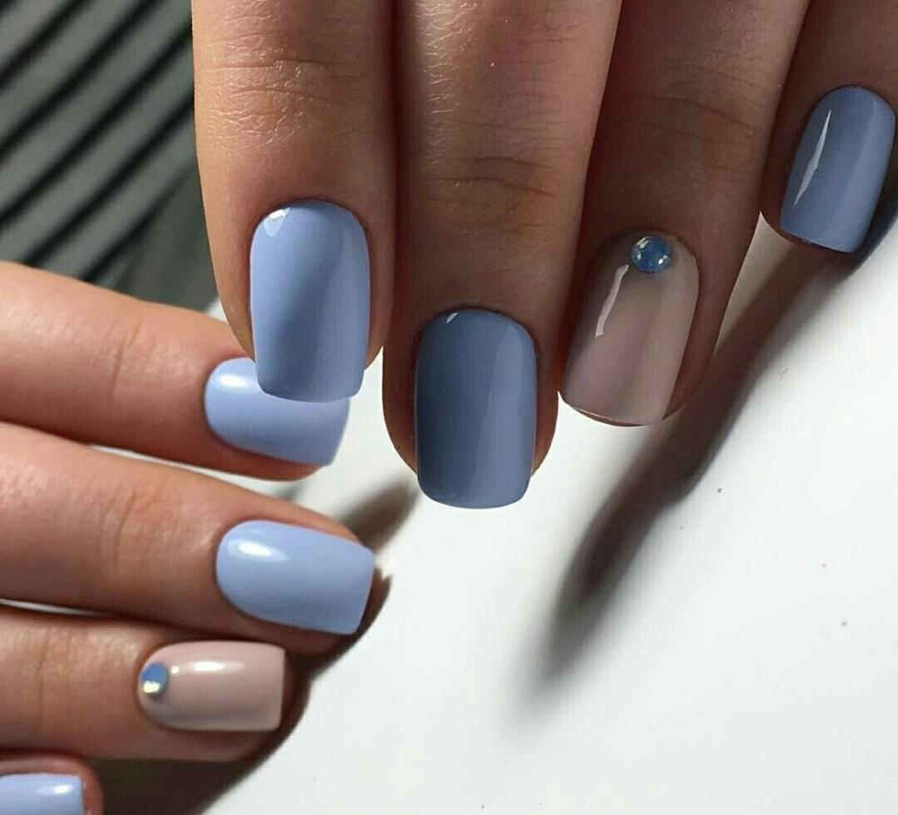 большой дизайн ногтей в голубом цвете