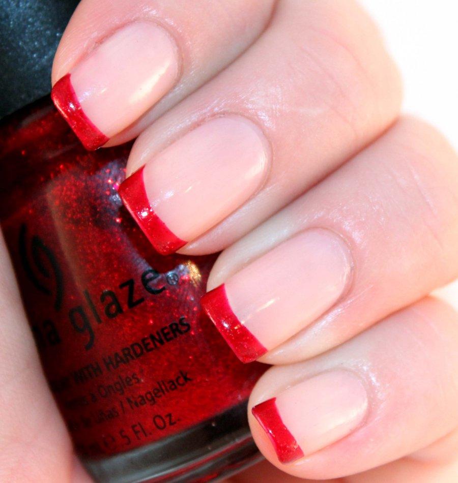 Красный лак ногтя с красным френчем