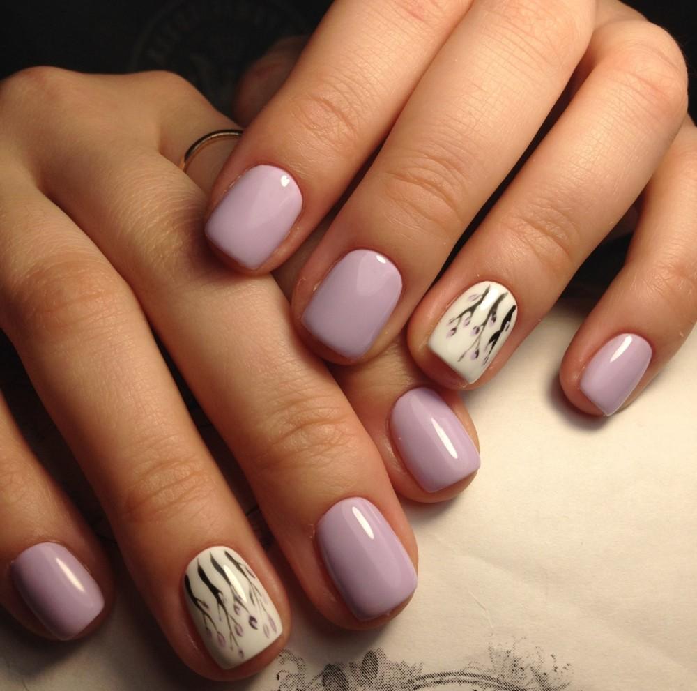Нежный маникюр с цветами на короткие ногти