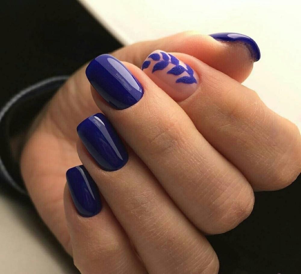 синие ногти и чёрные чулки