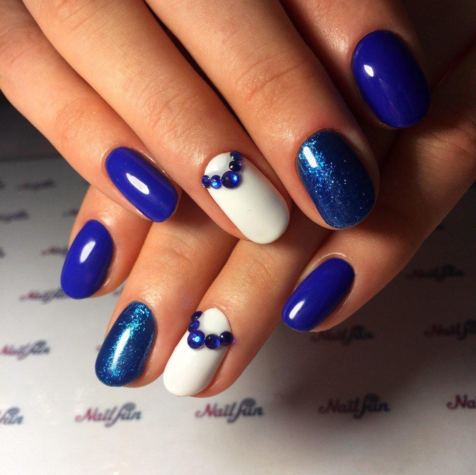 Маникюр с синим и белым лаком с цветами