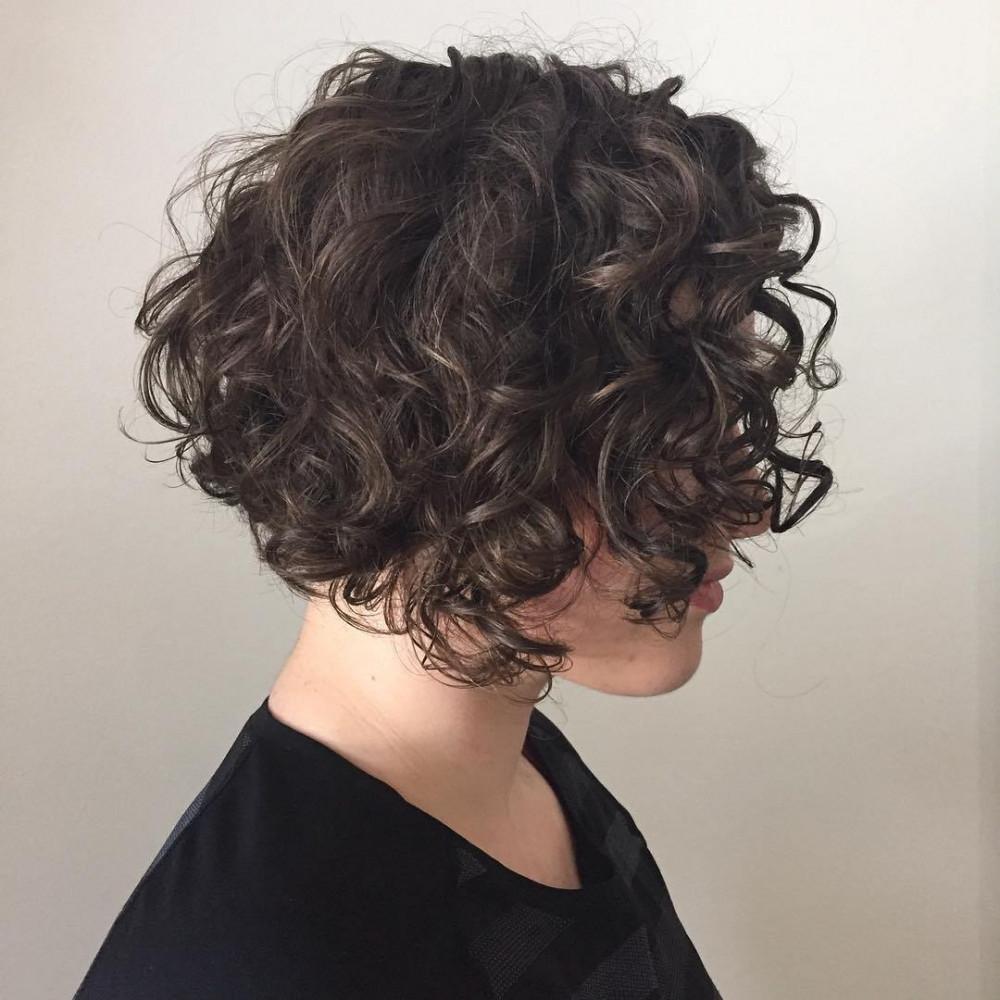 женская стрижка боб-каре на вьющиеся волосы