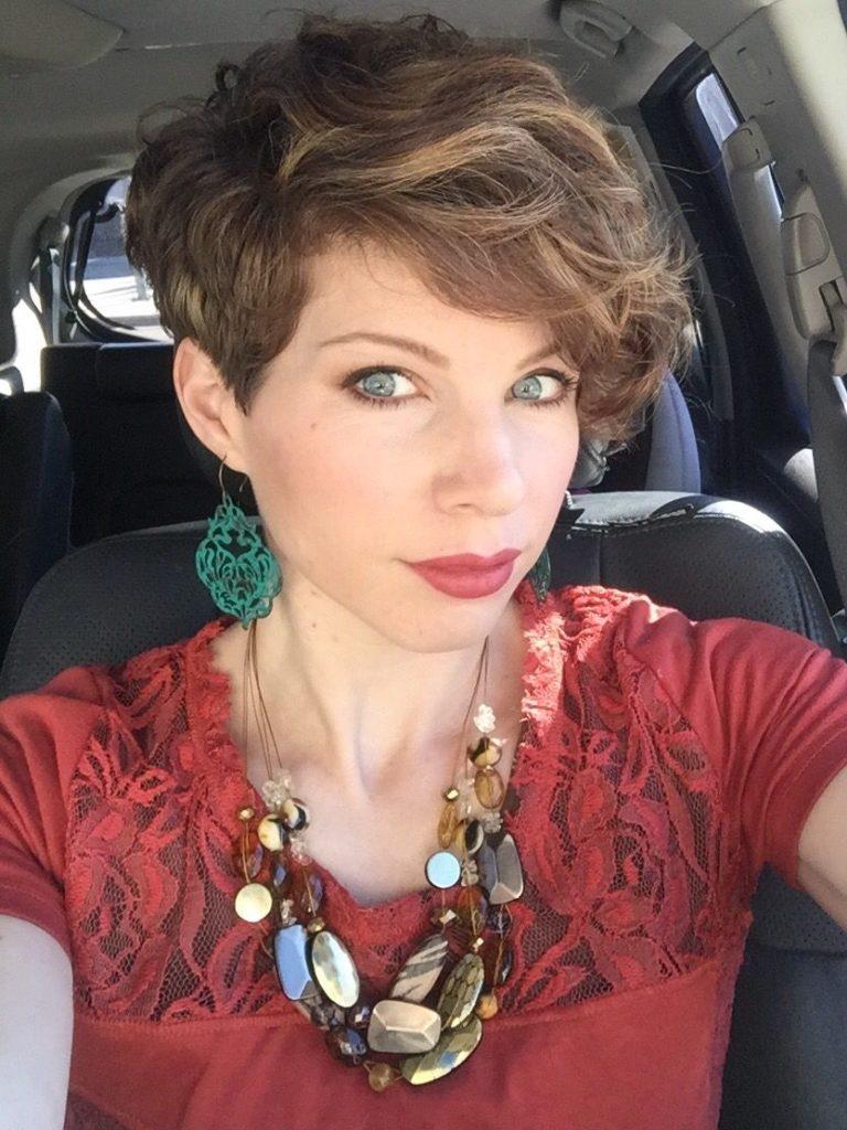 женская стрижка пикси с завивкой для женщин после 40