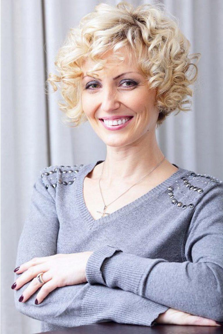 женская короткая стрижка на кудрявые волосы