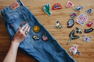как разнообразить старые джинсы
